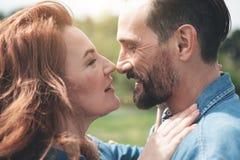 Couples affectueux exprimant leurs sentiments en nature Photo stock