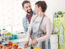 Couples affectueux faisant cuire ensemble photo libre de droits
