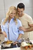 Couples affectueux faisant cuire ensemble image libre de droits