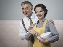 Couples affectueux faisant cuire ensemble Images libres de droits
