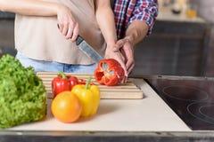 Couples affectueux faisant cuire la nourriture saine Images stock