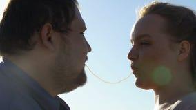 Couples affectueux faisant le baiser de spaghetti, relations romantiques des jeunes, date banque de vidéos