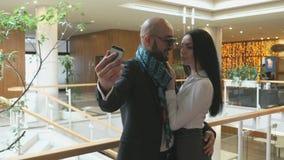 Couples affectueux faisant le selfie clips vidéos