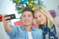 Couples affectueux faisant le selfie dans le mail Photo stock