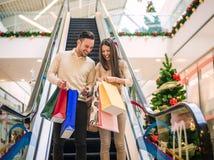 Couples affectueux faisant Noël faisant des emplettes ensemble Photo libre de droits