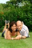 Couples affectueux, femelle chinoise avec le mâle européen Photographie stock