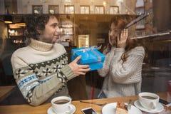 Couples affectueux gais célébrant des vacances en café Photographie stock libre de droits