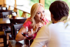 Couples affectueux gais flirtant dans le restaurant Images libres de droits
