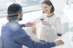 Couples affectueux gais se reposant dans le restaurant Image libre de droits