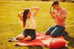 Couples affectueux gais sur le pique-nique Photo libre de droits
