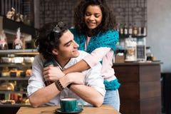 Couples affectueux heureux étreignant en café Photo stock