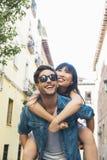 Couples affectueux heureux amie heureuse son homme couvrant des jeunes Images libres de droits
