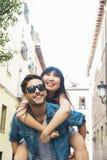 Couples affectueux heureux amie heureuse son homme couvrant des jeunes Images stock