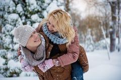 Couples affectueux heureux ayant l'amusement dans le parc Photo stock