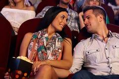 Couples affectueux heureux dans le cinéma Images libres de droits