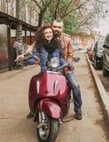 Couples affectueux heureux entraînant une réduction la rue photos stock