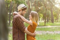 Couples affectueux heureux exprimant le sentiment en nature Image stock