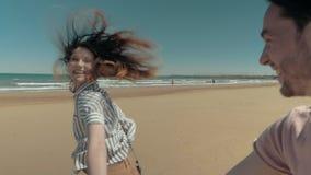 Couples affectueux heureux fonctionnant sur la plage clips vidéos