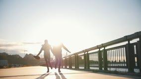 Couples affectueux heureux - jeune homme et jolie femme courant au coucher du soleil en parc de ville près de la rivière, au rale clips vidéos