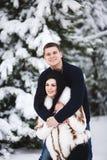 Couples affectueux heureux marchant dans des activités saisonnières extérieures de forêt neigeuse d'hiver Capture de mode de vie Images libres de droits