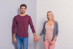 Couples affectueux heureux montrant leurs sentiments Photographie stock