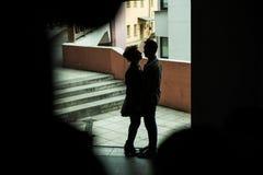 Couples affectueux heureux s'étreignant dans l'entrée de la maison Image stock
