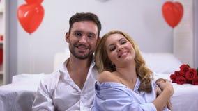 Couples affectueux heureux souriant et regardant à la caméra, célébration de jour de valentines de St clips vidéos