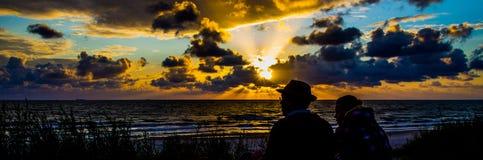 Couples affectueux heureux sur la silhouette de bord de la mer image stock