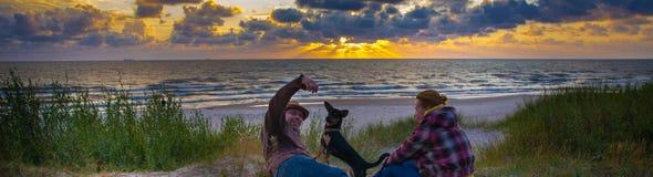Couples affectueux heureux sur le bord de la mer Images libres de droits