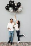 Couples affectueux heureux tenant des ballons Photos libres de droits