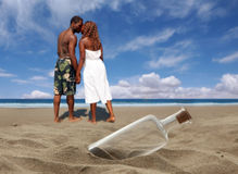 Couples affectueux jouant le long de la plage Images stock