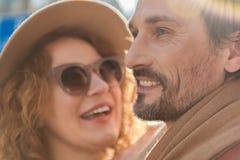 Couples affectueux joyeux démontrant des émotions positives Photographie stock libre de droits