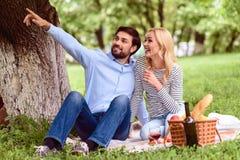 Couples affectueux joyeux détendant en parc Image libre de droits