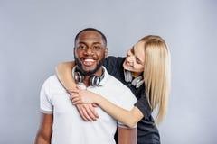 Couples affectueux joyeux embrassant et souriant Image libre de droits