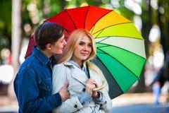 Couples affectueux la date sous le parapluie dans la bonne journée d'automne Image stock