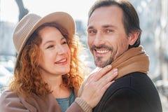 Couples affectueux mûrs insouciants appréciant la promenade en ville Images libres de droits