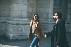Couples affectueux marchant à Budapest, Hongrie photos libres de droits