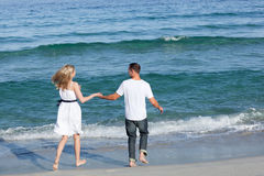 Couples affectueux marchant au bord de la mer Photo stock