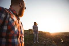 Couples affectueux marchant en parc de montagnes Photographie stock libre de droits