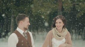 Couples affectueux marchant en parc de Noël d'hiver Les chutes de neige banque de vidéos