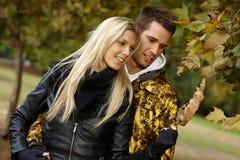 Couples affectueux marchant en stationnement à l'automne photographie stock libre de droits
