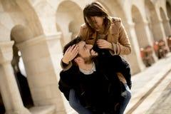 Couples affectueux marchant et ayant l'amusement à Budapest, Hongrie image stock
