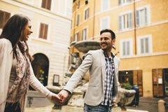 Couples affectueux marchant sur la rue de Rome Photographie stock libre de droits