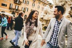 Couples affectueux marchant sur la rue de Rome, Italie Photos libres de droits