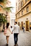 Couples affectueux marchant sur la rue de Rome, Italie Photo libre de droits