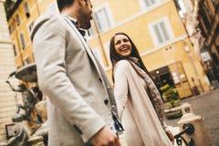 Couples affectueux marchant sur la rue de Rome, Italie Image libre de droits