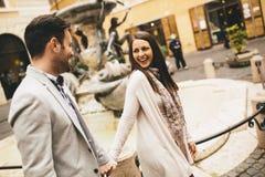 Couples affectueux marchant sur la rue de Rome, Italie Photographie stock