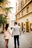 Couples affectueux marchant sur la rue de Rome, Italie Images libres de droits
