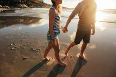 Couples affectueux marchant sur le bord de mer Photographie stock libre de droits