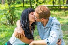 Couples affectueux - mari et épouse - étreindre et baisers dans le pair Image libre de droits